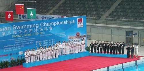 8ASC0911242澳門游泳代表團團長麥志權頒發在集體自由組合項目獲得銀牌的澳門花泳代表隊