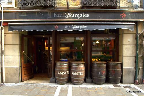 """""""Bar Burgalés"""", pinchos y vinos en la calle Comedias de Pamplona."""