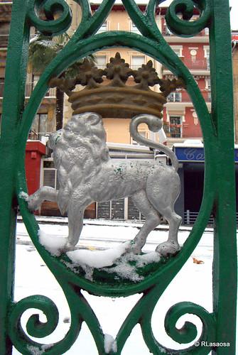 Escudo de Pamplona en forja en la barandilla de la Bajada de Labrit