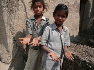 Child gemstone workers - Photo : The National Labor Commitee