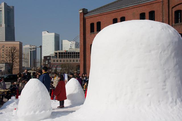 いちごの雪像と伝統の横手かまくら