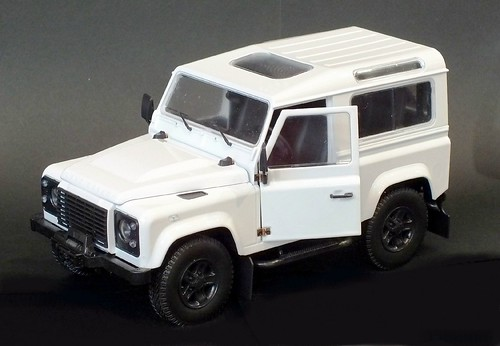 Kyosho Land Rover Defender (1)