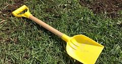 """Die Schaufel. Die Schaufeln. Das ist eine gelbe Kinderschaufel mit Holzstil. Sie besteht aus Kunststoff und Holz. • <a style=""""font-size:0.8em;"""" href=""""http://www.flickr.com/photos/42554185@N00/33871503281/"""" target=""""_blank"""">View on Flickr</a>"""