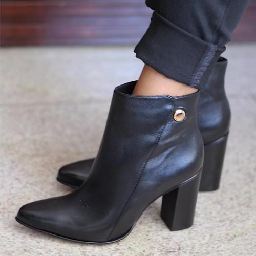 Linda e clássica, a bota de cano curtinho e salto quadrado tem vida longa no closet feminino