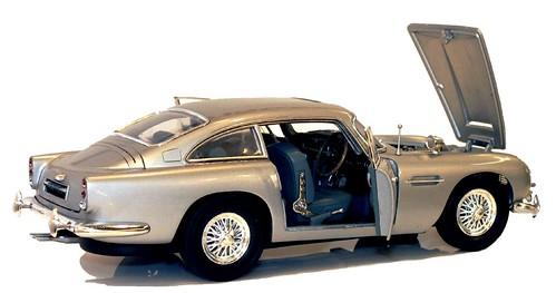 Mattel Hot Wheels Aston Martin DB5 007 1-18