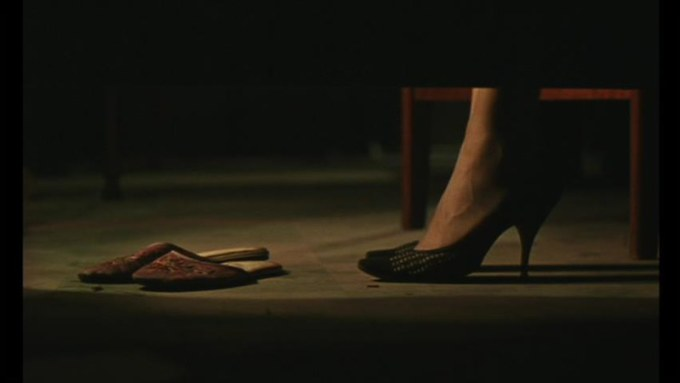 蘇麗珍のハイヒールのパンプスとスリッパ Su Lizhen's high heel pumps and slippers. 王家衛『花様年華』 (c) 2000 by Block 2 Pictures Inc. Wong Kar-wai, in the mood for love