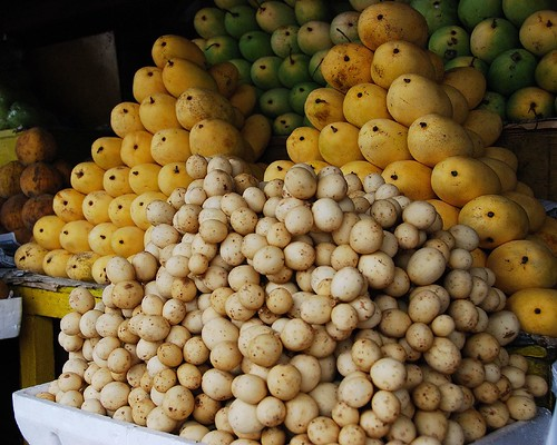Image of a heap of lansones fruit in a fruitstand