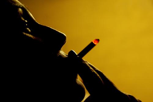 um cigarro à meia luz