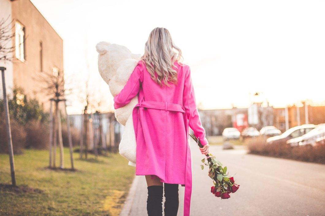 Imagen gratis de una chica con un oso de peluche y un ramo de flores