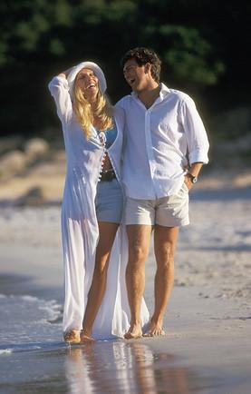 coppia passeggia al mare