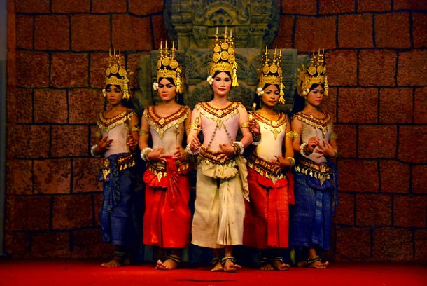Beautiful Apsara dancers by Flickr user arteegs