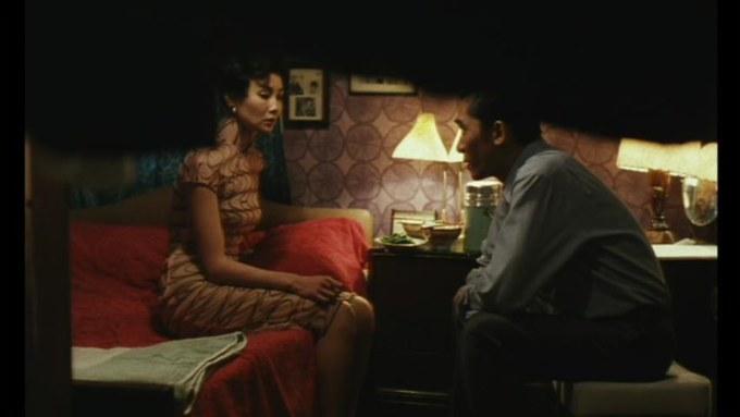 相思相愛を感じても、二人はスーツと旗袍を脱ごうとしない。二人が借りたアパートの一室「2046」号室では逢瀬が繰り返されたが、決してスーツと旗袍が椅子に掛けられることはなかった。
