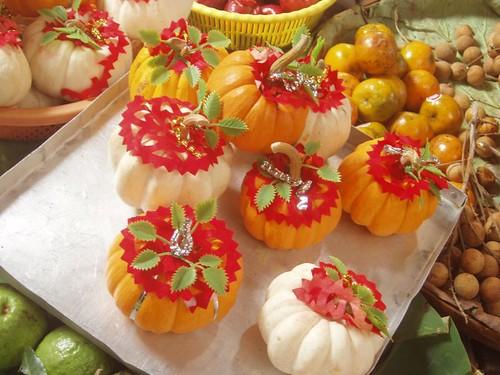 201002060300_decorated-pumpkins