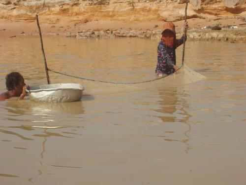 201003060229_Tonle-Sap-fishermen