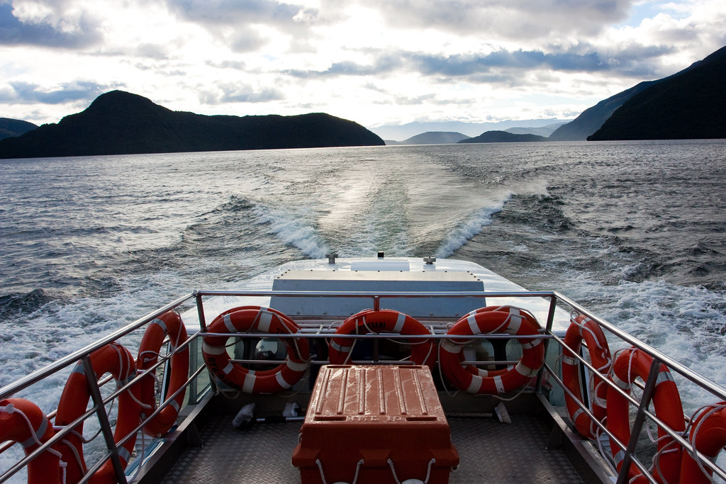 cruise across lake manapouri