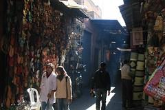 Rua com sombra na medina de Marrakech