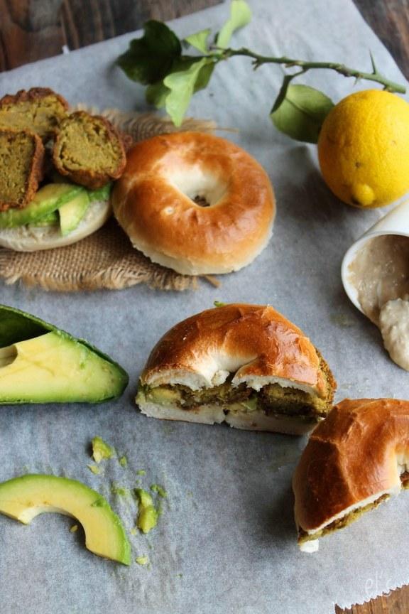 Bagels aux falafels, avocat et tahiné
