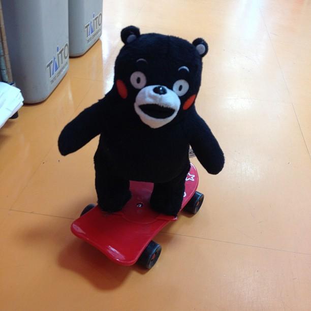 no meio do caminho, um panda girando num skate.