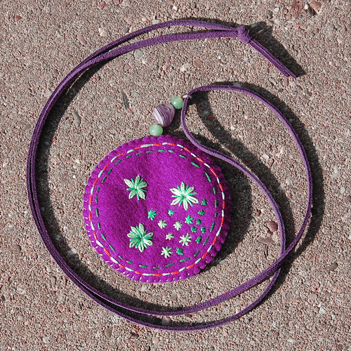 Studio Paars embroidered felt pendant necklace geborduurd vilt ketting hanger