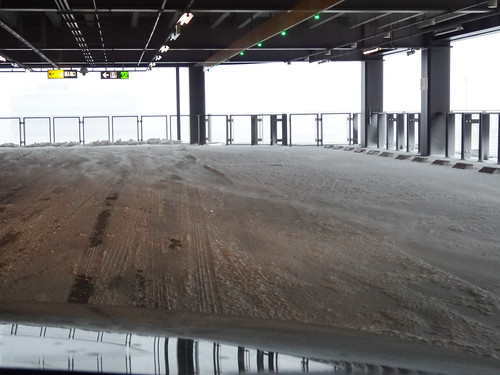 羽田空港の駐車場内まで雪が積もってる