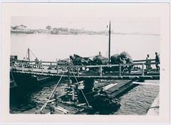 Duitse soldaten steken een rivier over via een pontonbrug, ca. mei-juni 1940 | German troops cross a river on a pontoon bridge, c. May-June 1940
