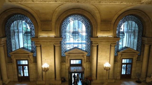 紐約市立圖書館氣派的門