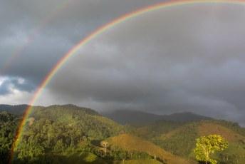 De volgende ochtend een regenboog voor de deur.