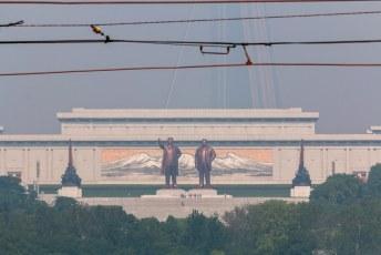 Wel een typisch beeld, die twee oelewappers en erachter één van hun mislukte projecten (dat hotel dat al 34 jaar in aanbouw is). Wij gingen er gauw vandoor en komen alleen terug als het regime verdwenen is.