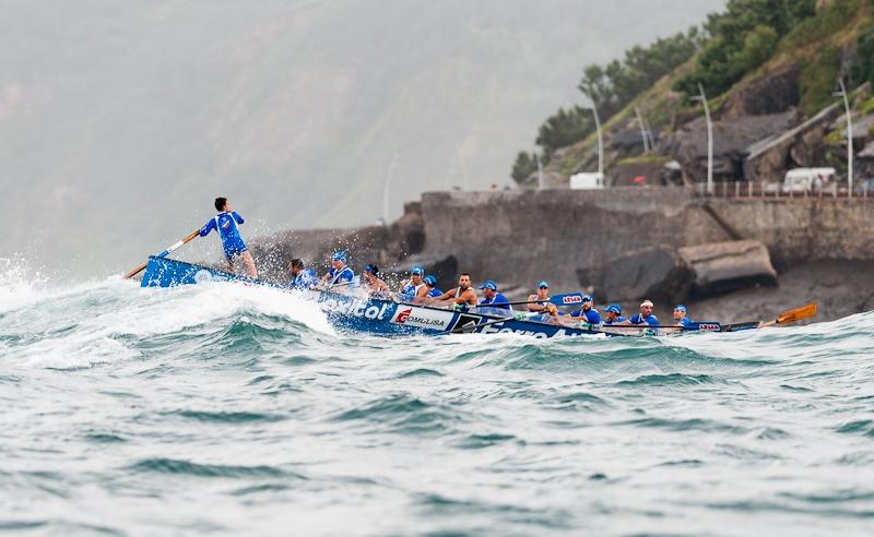 3. Trainera desafiando las olas. Autor, David Argindar