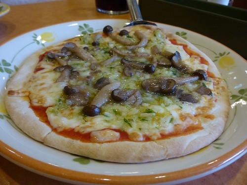 きのこと野菜のピザ
