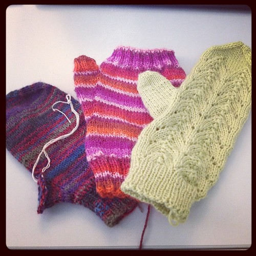Guanti per tutti! #instaknit #gloves #mitaines #mittens #lavoroamaglia #knit #knitting #handmadewithlove #fattoamanoconamore
