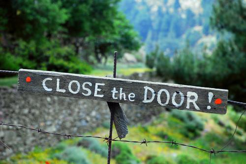 Κλείνει προς τα έξω, ανοίγει προς τα μέσα
