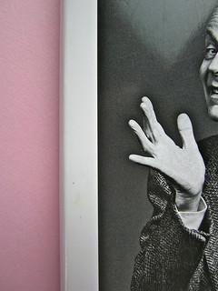 Alfabeto Poli, a cura di Luca Scarlini. Einaudi 2013. [responsabilità grafica e iconografica non indicata]. Fotog. di cop.: ritr. b/n di Paolo Poli di Guido Harari. Prima di sovracoperta (part.), 3
