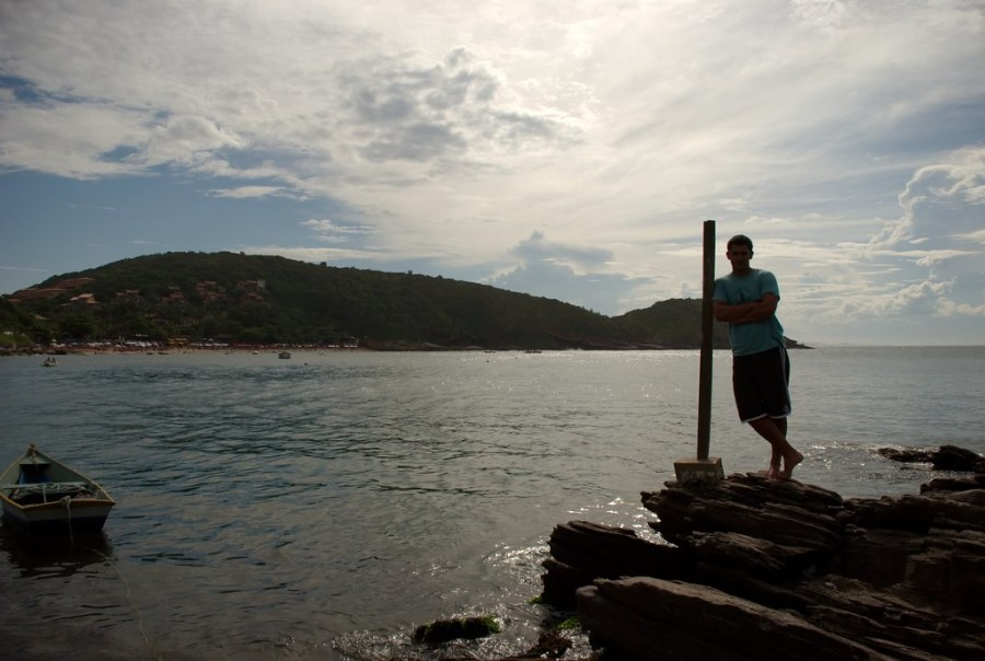 Yo en el mar sobre unas piedras