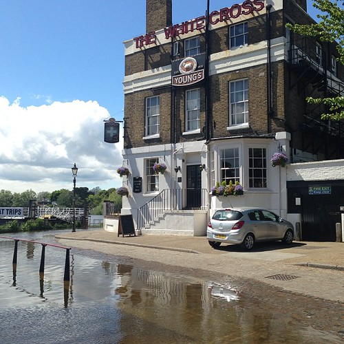 High tide on the Thames and the cutest pub. (Yes it has a tide).