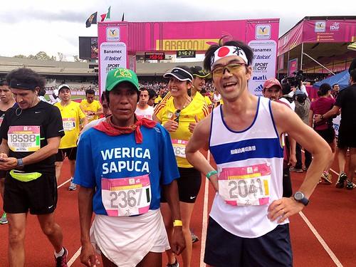 Maratón de la Ciudad de México 2013 - Arnulfo Quimare y un corredor japones