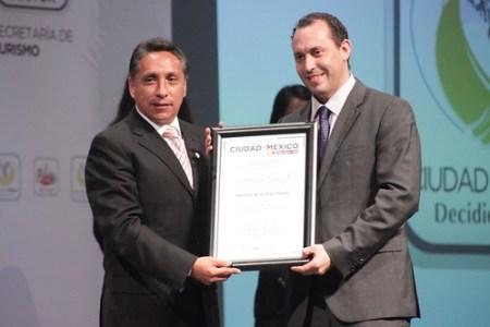 Recibe Horacio de la Vega reconocimiento por el Maratón de la Ciudad de México