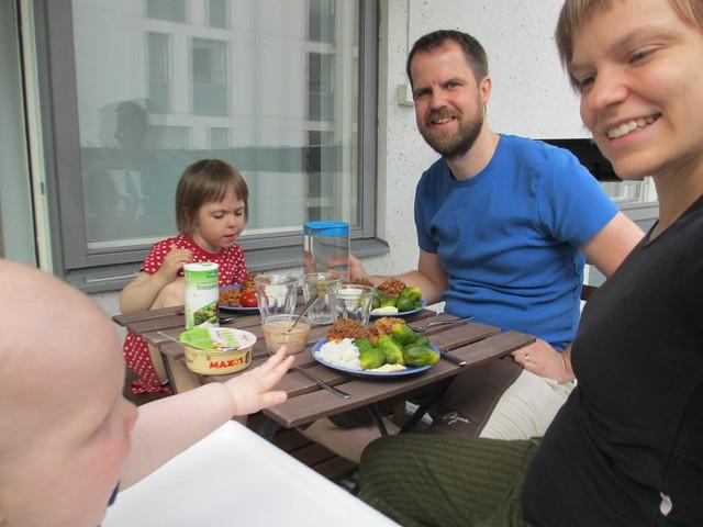 Äta på balkongen