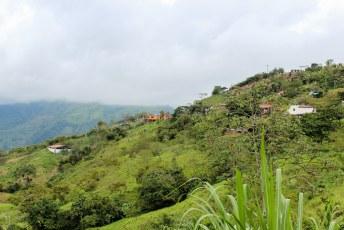 Glooiend landschap en dorpjes, het lijkt allemaal heel vredig.