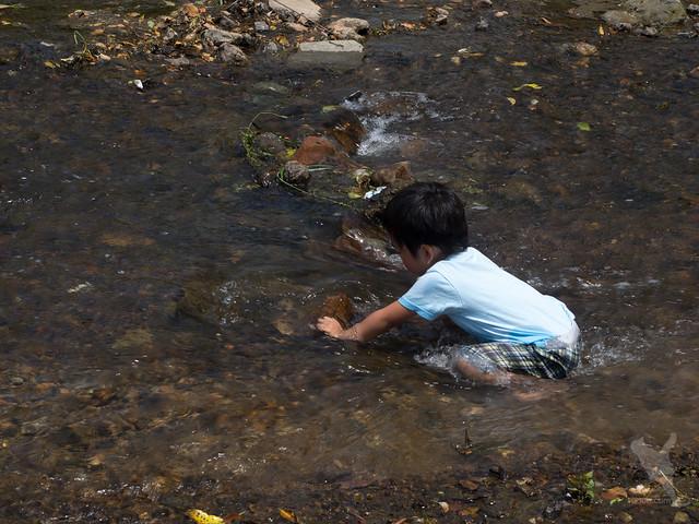 ズボンを濡らしてまで堤防づくり