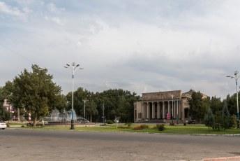 Het operagebouw tegenover de citadel in Choedzjand.