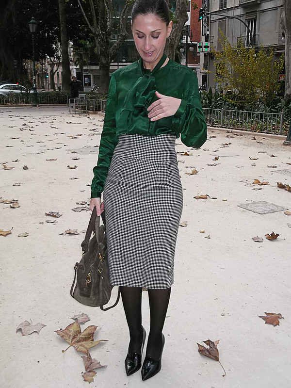 look lady, falda, pata de gallo, blusa de seda verde con lazada, zapatos negros, bolso verde militar, lady outfit, houndstooth pattern, high waist, green silk blouse, big bow, black shoes, military green leather bag, massimo dutti, zara, calzedonia, bimba y lola