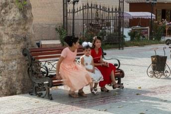 In het park naast de citadel werd aan de lopende band getrouwd. Deze meisjes wachtten tot hun stelletje aan de beurt was.