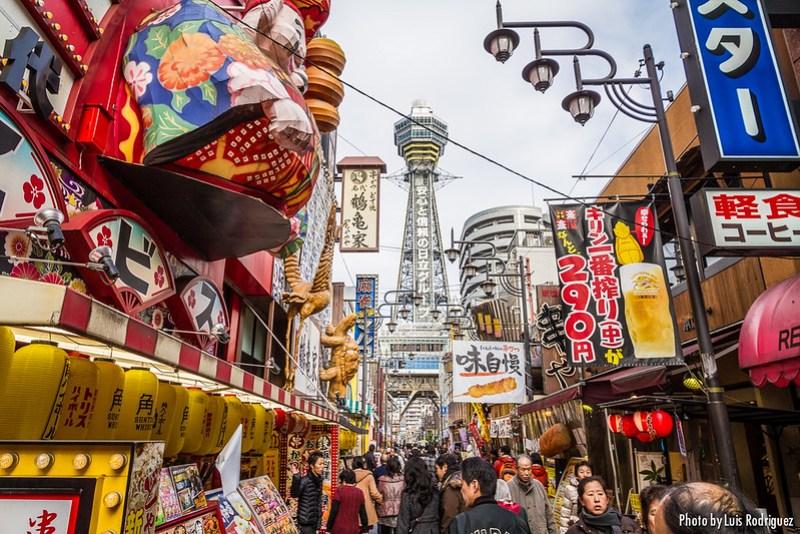 El barrio de Shinsekai con la torre Tsutenkaku al fondo