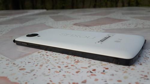 LG Nexus 5 ด้านขวา