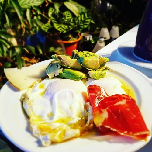 Frühstück in Spanien. Wurst soll zwar nocht sooo gesund sein, aber ich esse sie meist nur in Italien, Spanien oder Frankreich. Wir haben schon ein Sauglück dass wir so viel leckeres Essen haben in Europa! #ketoseportal #ketose #wurst #käse