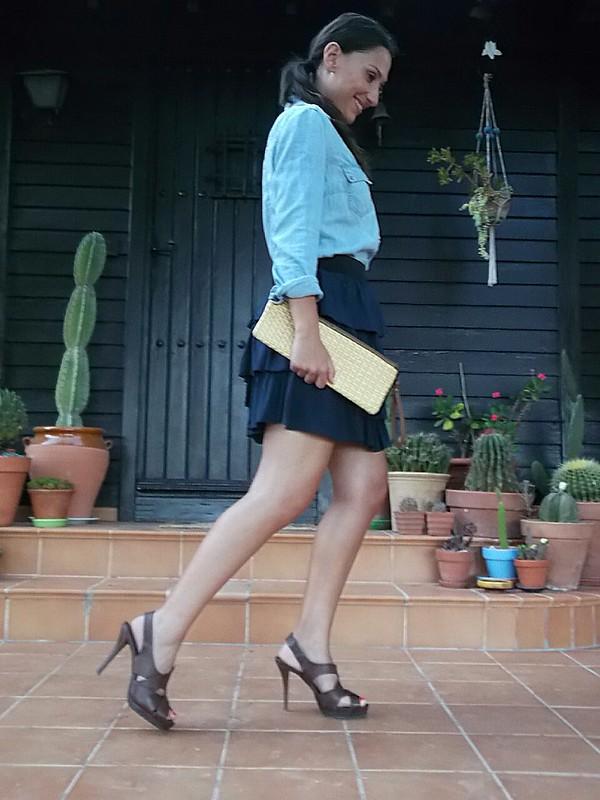 azul claro, camisa vaquera, azul marino, falda, capas, sandalias romanas, piel marrón, clutch, rafia, gladiadoras, coleta baja al lado, raya al medio, denim shirt, light blue, navy blue, skirt, layers, brown roman sandals, rafia, gladiators. Low ponytail