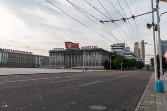 Op het tegenoverliggende Kim Il-Sungplein staan op de grond overal markeringen zodat iedereen weet waar hij of zij moet staan als ze de Grote Leider aanbidden tijdens de mass-games.