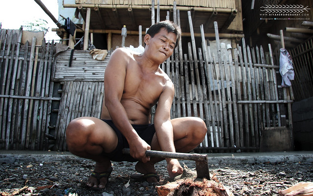 AKO Photowalk 2013 Kalibo Aklan man chopping wood