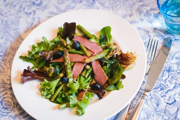 Salade met eendenborst, groene asperges en blauw bessen